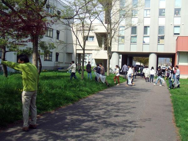 ごみ取り作業を行う学生等(キャンパス中庭)
