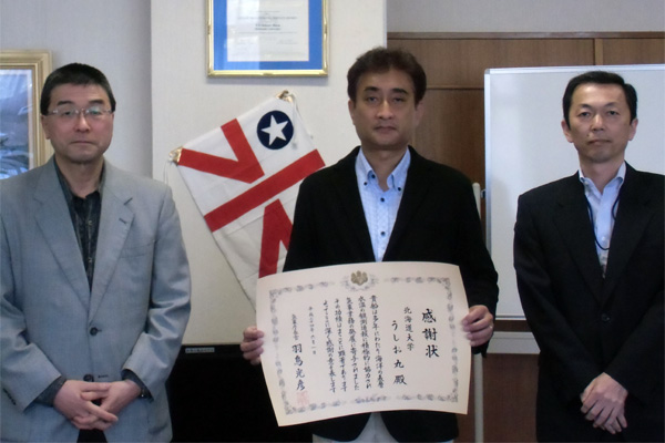 贈呈後の記念撮影 亀井うしお丸船長(中央)