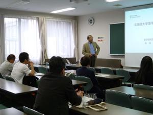 講演する松田学部長