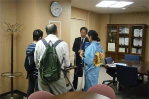 古川所長から宇宙実験装置の説明を受ける見学者