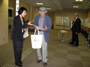玄関ホールの展示を見学する参加者