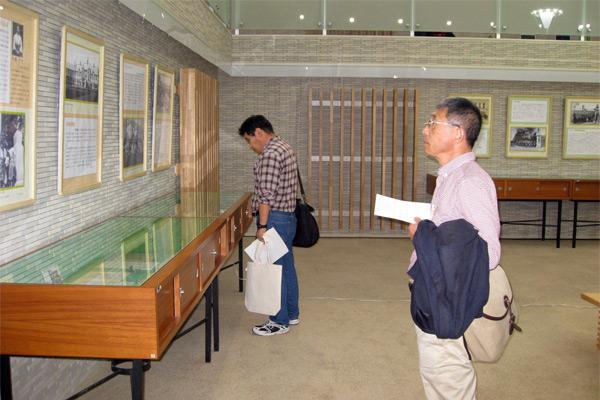 メディアコートの展示を見学する参加者