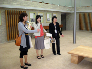 改修後の施設に驚く図書館ツアー参加者