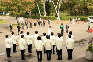 合唱を楽しむ卒業生・市民