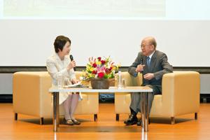 対談する鈴木名誉教授(右)と司会の船越さん(左)